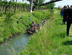 Muore rovesciandosi con il trattore nel fossato durante la manovra di inversione