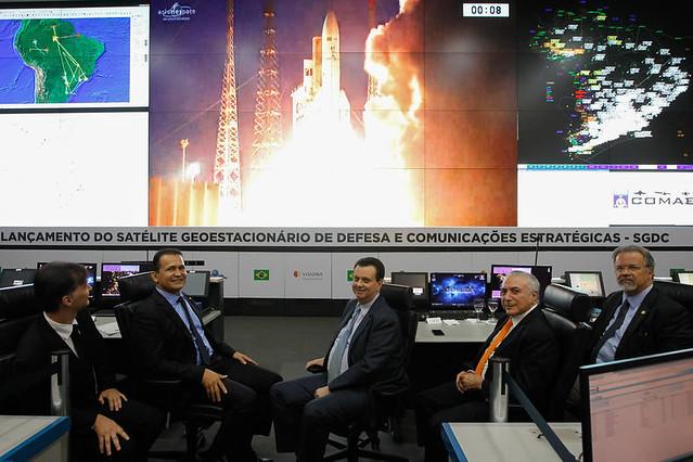 O presidente golpista Michel Temer assistiu à transmissão do lançamento do foguete com os ministros Defesa e do MCTIC - Créditos: Beto Barata/Presidência da República