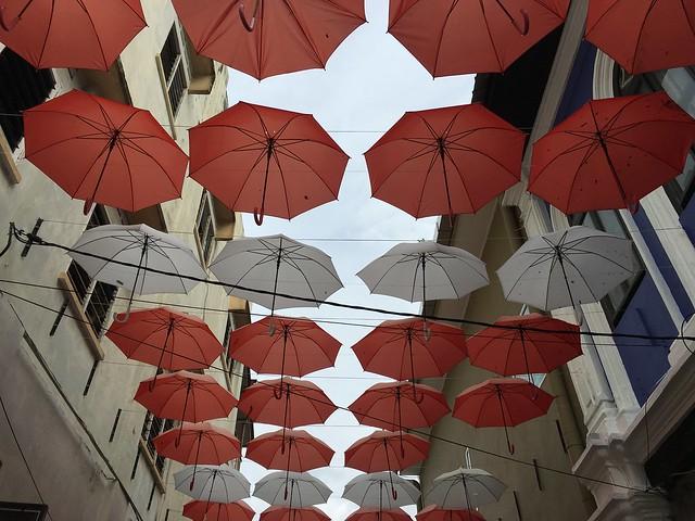 おしゃれな傘のアーケード
