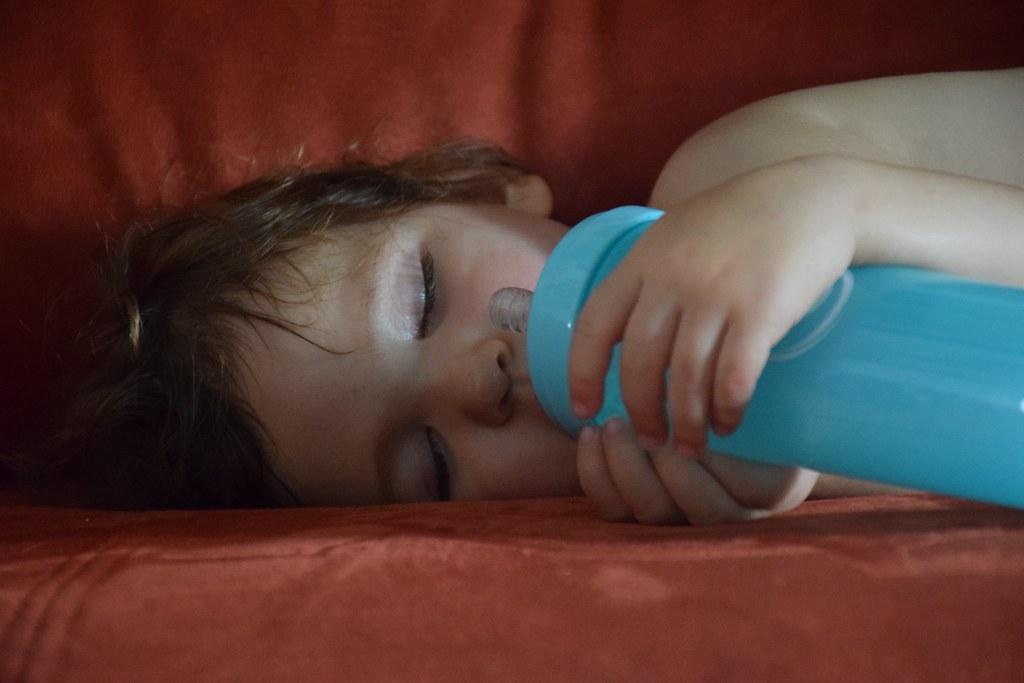 Eva dormidita con su biberón.