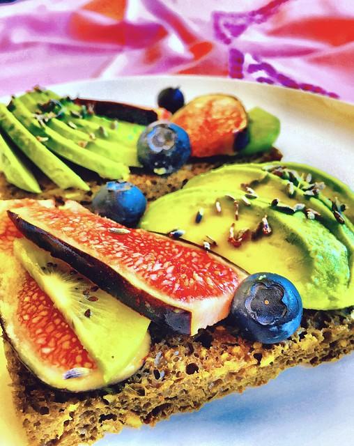 avocado fichi mirtilli moringa canapa toast