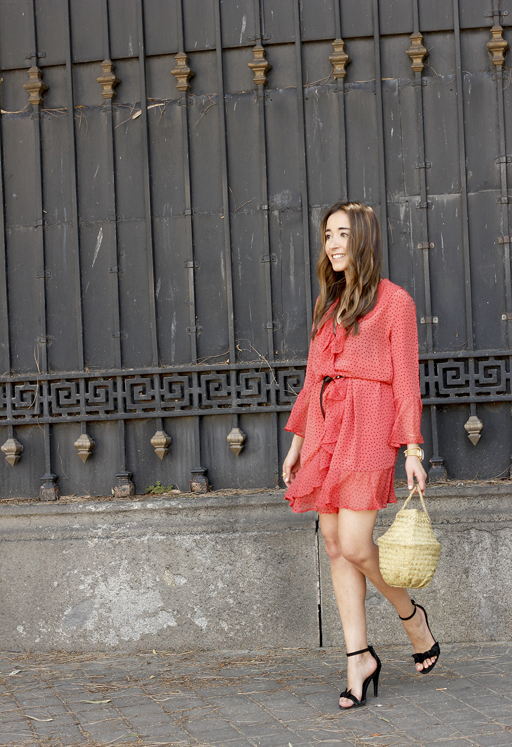coral dress with dots and frills uterqüe black heels summer outfit style fashion02
