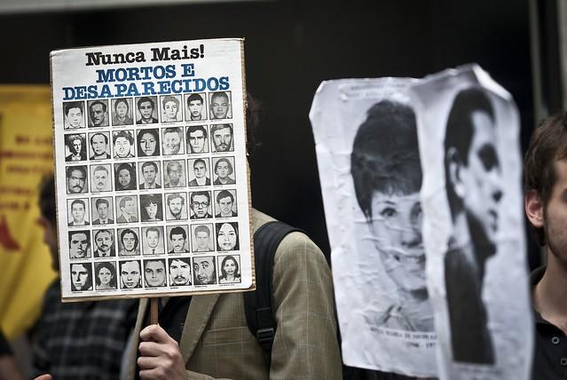 Manifestação em 2012, em São Paulo, para expor publicamente ex-militar reformado acusado de ter comandado sessões de tortura  - Créditos: Marcelo Camargo/Agência Brasil