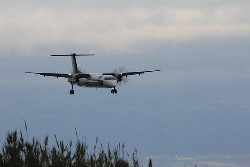 Bombardier Dash 8 approaching Horta 170615_328