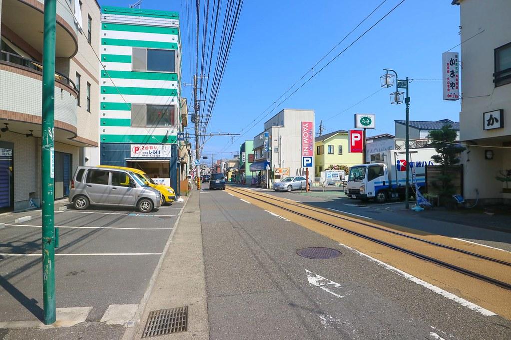 鎌倉の新築戸建:江ノ電が走る路面(腰越商店街)