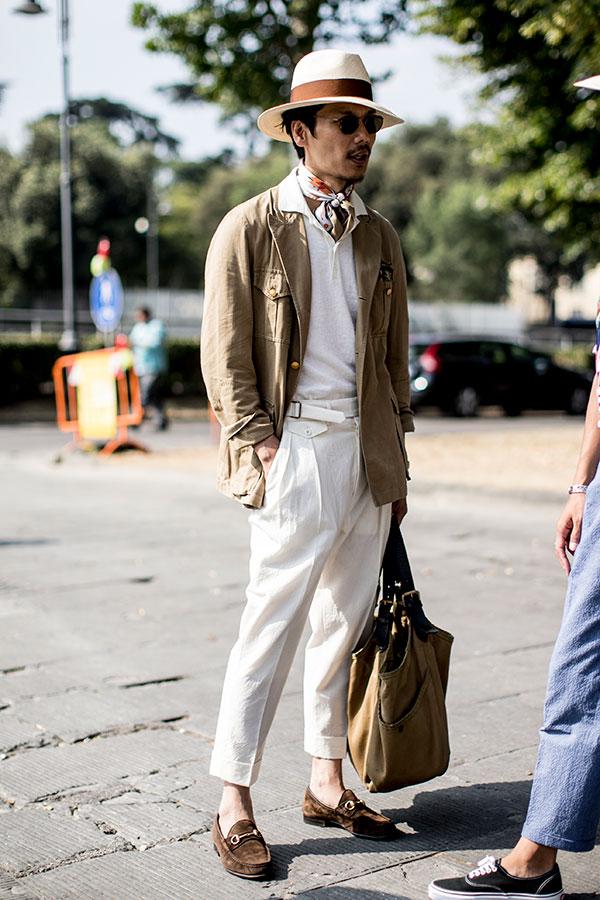 白ハット×カーキサファリジャケット×白ポロシャツ×白テーパードスラックス×ブラウンスエードビットモカシン