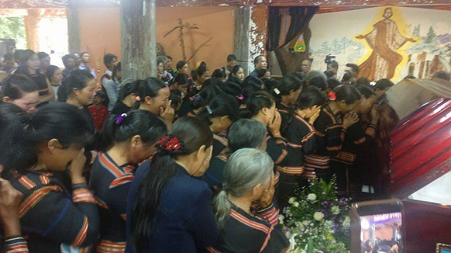 Bà con buôn làng Jrai đón linh cữu cha Đaminh Phạm Mạnh Niệm, DCCT