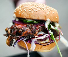 It's the weekend again :raised_hands: Planning where to eat? What about @streetfeastldn #HawkerHouse ? If you do visit, check out @whitemencantjerk #jerkchicken #burger . . #streetfood #burgerlove #eatfamous #bestfoodworld #eathotdinner #buzzfeast  #feedf