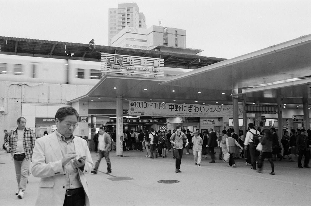 中野 Tokyo, Japan / Kodak TRI-X / Nikon FM2 一定要把畫面用得很忙碌,每個角落都有一定的事件正在發生,其實很好奇那年夏天的其他人。  其他人的相機裡是否會有我們的畫面,我是不是應該認真來找尋一下 ......  Nikon FM2 Nikon AI AF Nikkor 35mm F/2D Kodak TRI-X 400 / 400TX 1275-0006 2015-10-05 Photo by Toomore