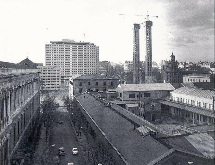 La desaparecida Casa de la Moneda, y las Torres de Colón en construcción en 1969.