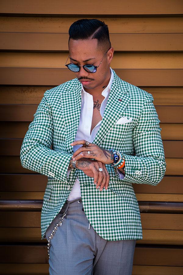 緑ギンガムチェックテーラードジャケット×白シャツ×グレースラックス