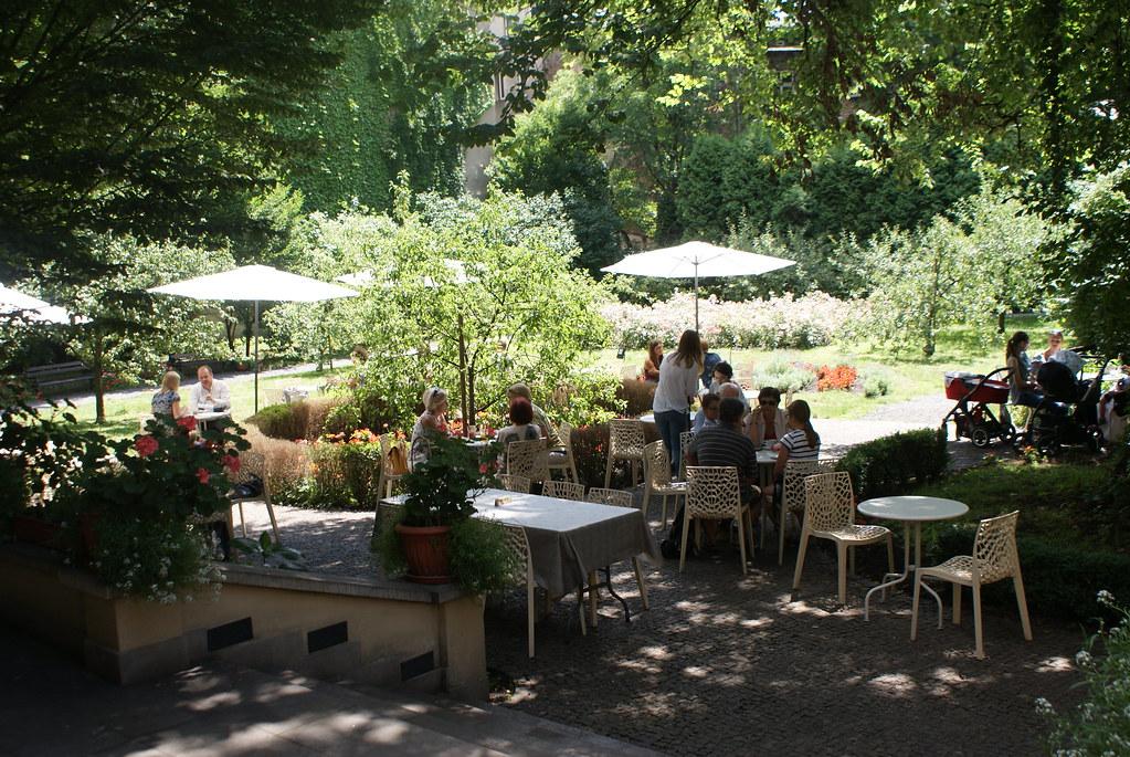 L'agréable jardin du café Mehoffer à Cracovie.