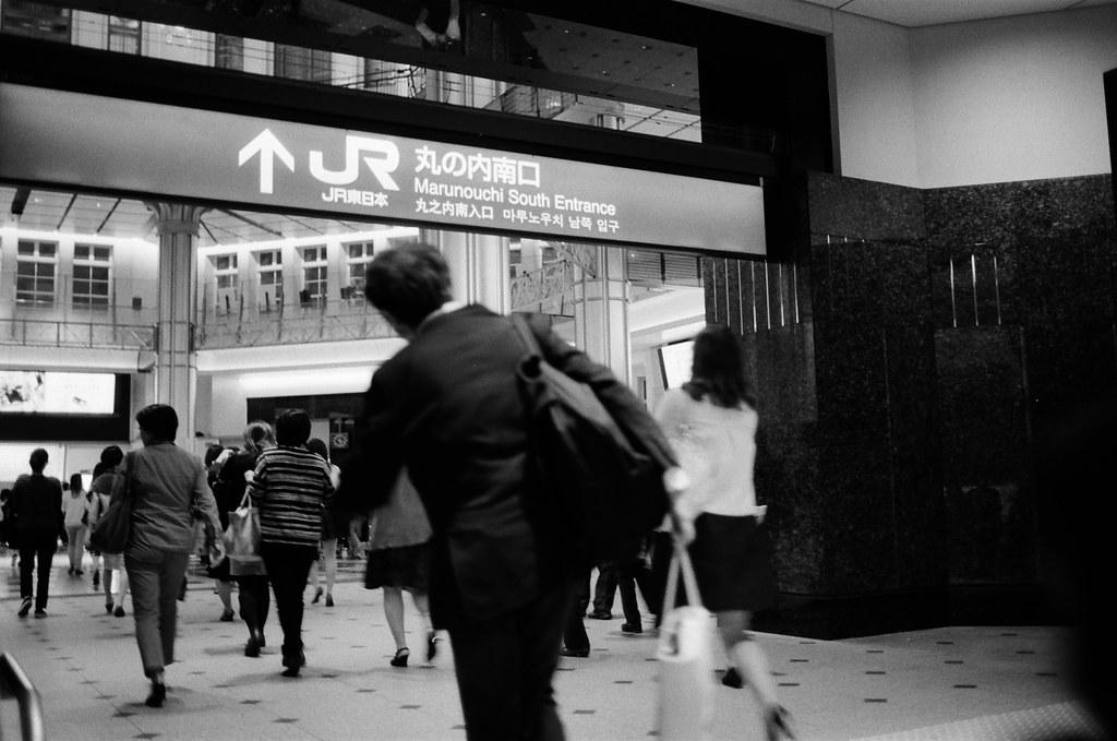 丸之內 Tokyo, Japan / Kodak TRI-X / Nikon FM2 丸之內大廳也是一個很美的地方,可惜鏡頭不夠廣,沒辦法把所有的影像紀錄起來。  這時候仔細看了一下這張,好像時機抓的剛好,畫面中奔跑的人在很棒的位置。  Nikon FM2 Nikon AI AF Nikkor 35mm F/2D Kodak TRI-X 400 / 400TX 1275-0032 2015-10-06 Photo by Toomore