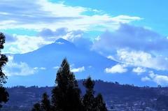 Volcán Cotacachi rodeado de nubes.