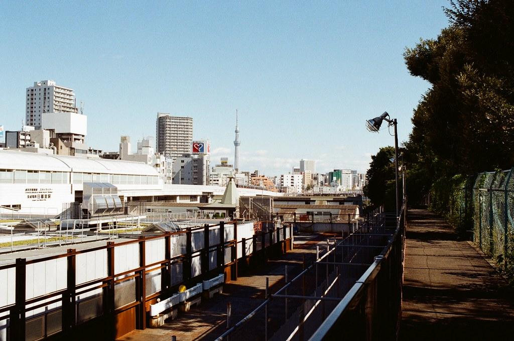 晴空塔 日暮里谷中銀座 Tokyo / Kodak ColorPlus / Nikon FM2 遠遠的地方是晴空塔,那次的旅行好像都沒有很靠近,就只是在東京的個角落看到它。  雖然還有東京鐵塔啦,我的天啊!整個東京都是妳的回憶,停!  Nikon FM2 Kodak ColorPlus ISO200 Nikon AI AF Nikkor 35mm F/2D 1003-0030 Photo by Toomore