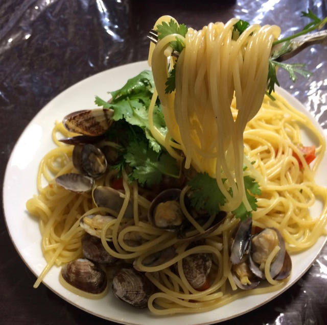 vongole pasta with tomato and coriander