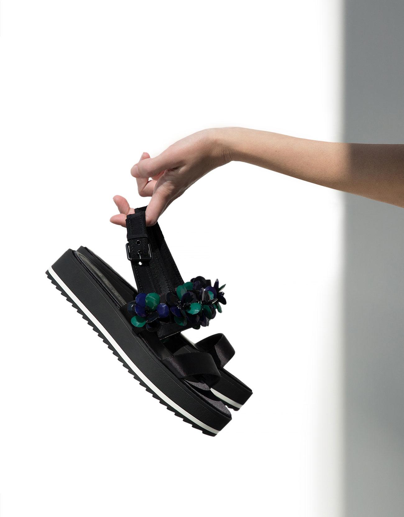 Sandalo d'orsey nero con dettaglio fiori Bershka
