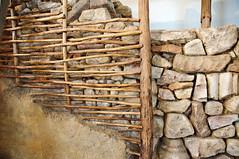 Mur en pierre, terre et bois