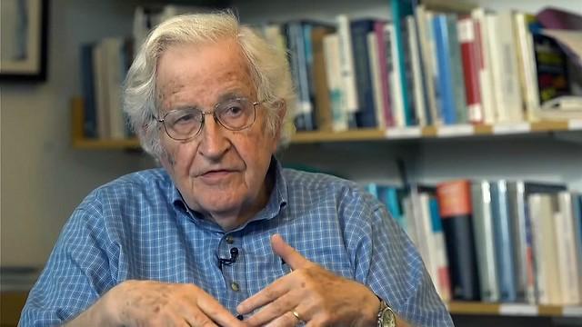 """Chomsky criticou neoliberalismo dos EUA e afirmou que """"estamos caminhando para um precipício"""" - Créditos: Reprodução Youtube / RT"""