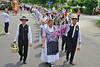 Festumzug der Trachtenpaare aus Billed und Karlsruhe zum Feuerwehrheim Neureut