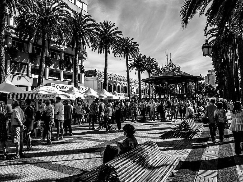 La ciudad en blanco y negro. #b&w #Coruña #blackandwhite #blancoynegro #olympus510 #photography #streetphoto #streetphotography