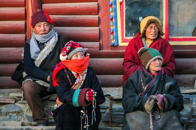Women sitting near Gyargo Ani Gompa, Tagong 公塔 尼僧院の近くで座り込んでいた女性たち