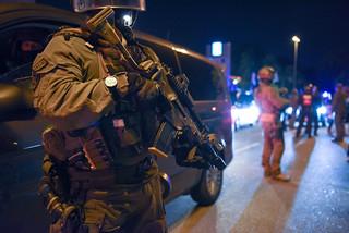 Mit Pumpgun, Patronengürtel und Maschinenpistole an der Feldstraße