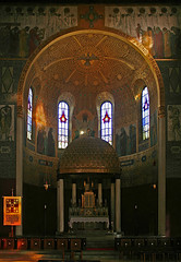 Hochaltar und Chorapsis in der Herz-Jesu-Kirche in Pfersee