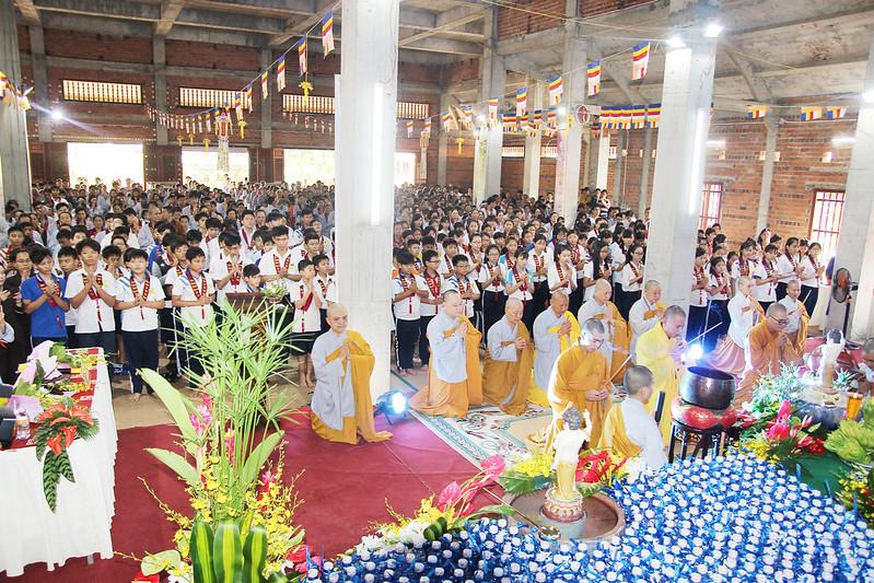 7. Lễ tắm Phật tại ngôi bảo điện đang xây dựng