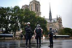 """Al grito de """"¡esto es por Siria!"""", un hombre ataca a un policía en Notre Dame"""