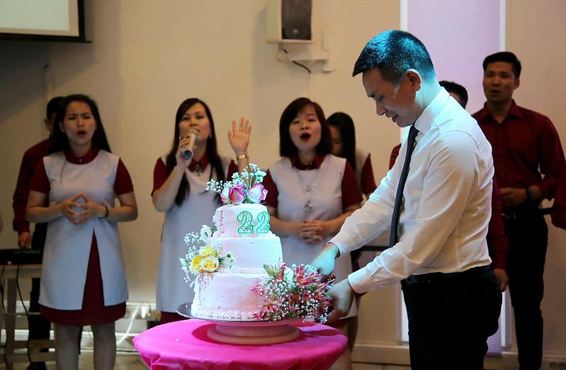 Hinh 2 Mục sư Quản Nhiêm Lương Đức Hà cắt bánh sinh Nhật
