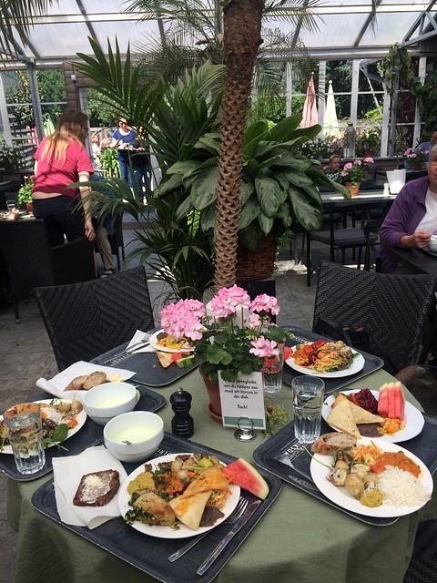Lunch på Ulriksdals trädgårdsvafé