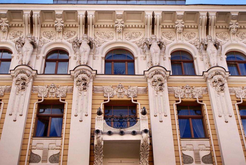 Façade art nouveau verticale à Riga en Lettonie.