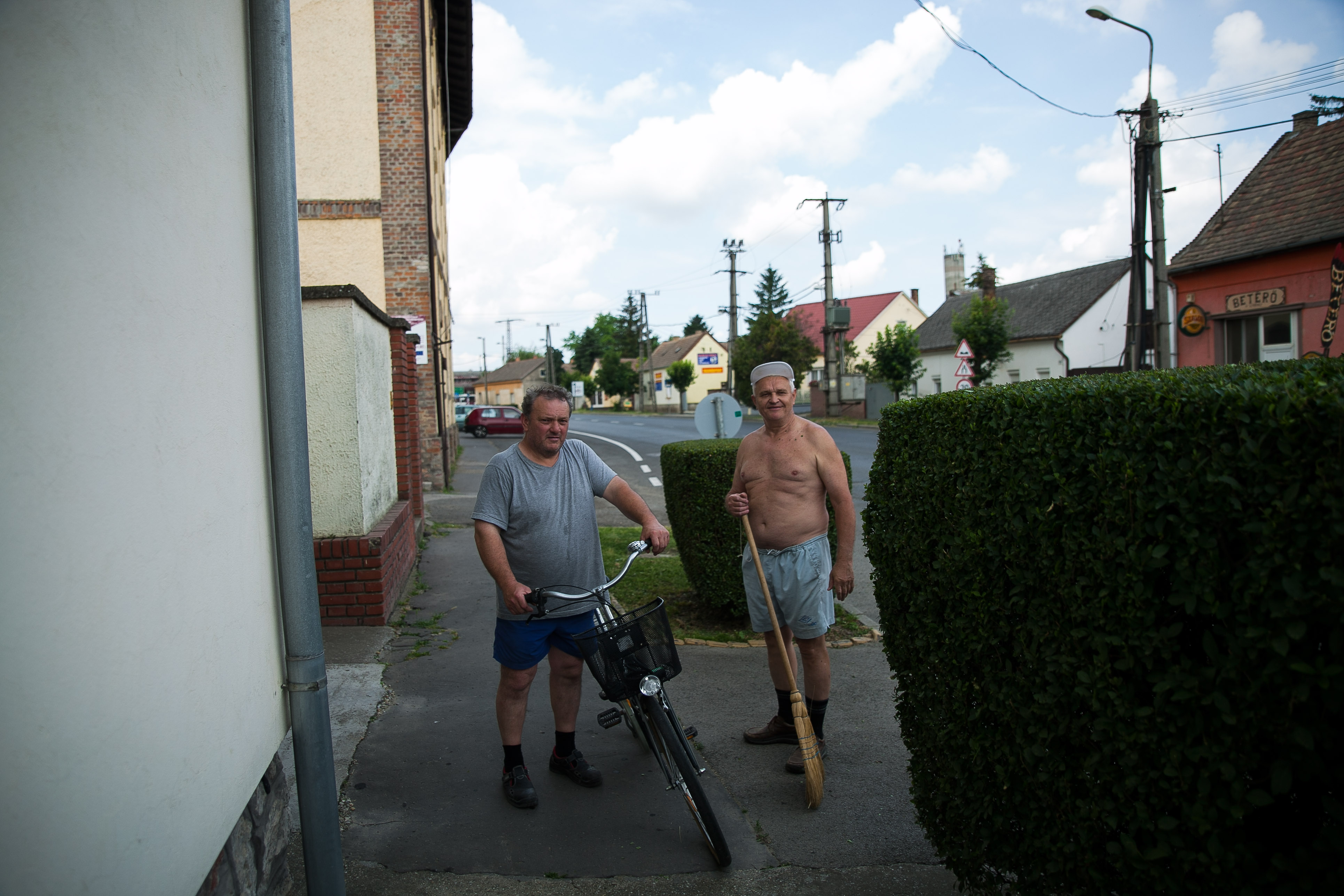 Zoltán egyik utcaszomszédjával | Fotó: Magócsi Márton