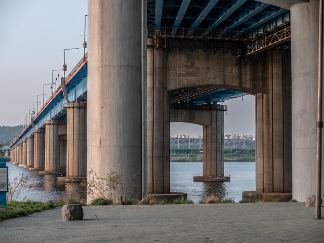Bridge in Han River, Panasonic DC-GH5, Lumix G X Vario 35-100mm F2.8 Power OIS