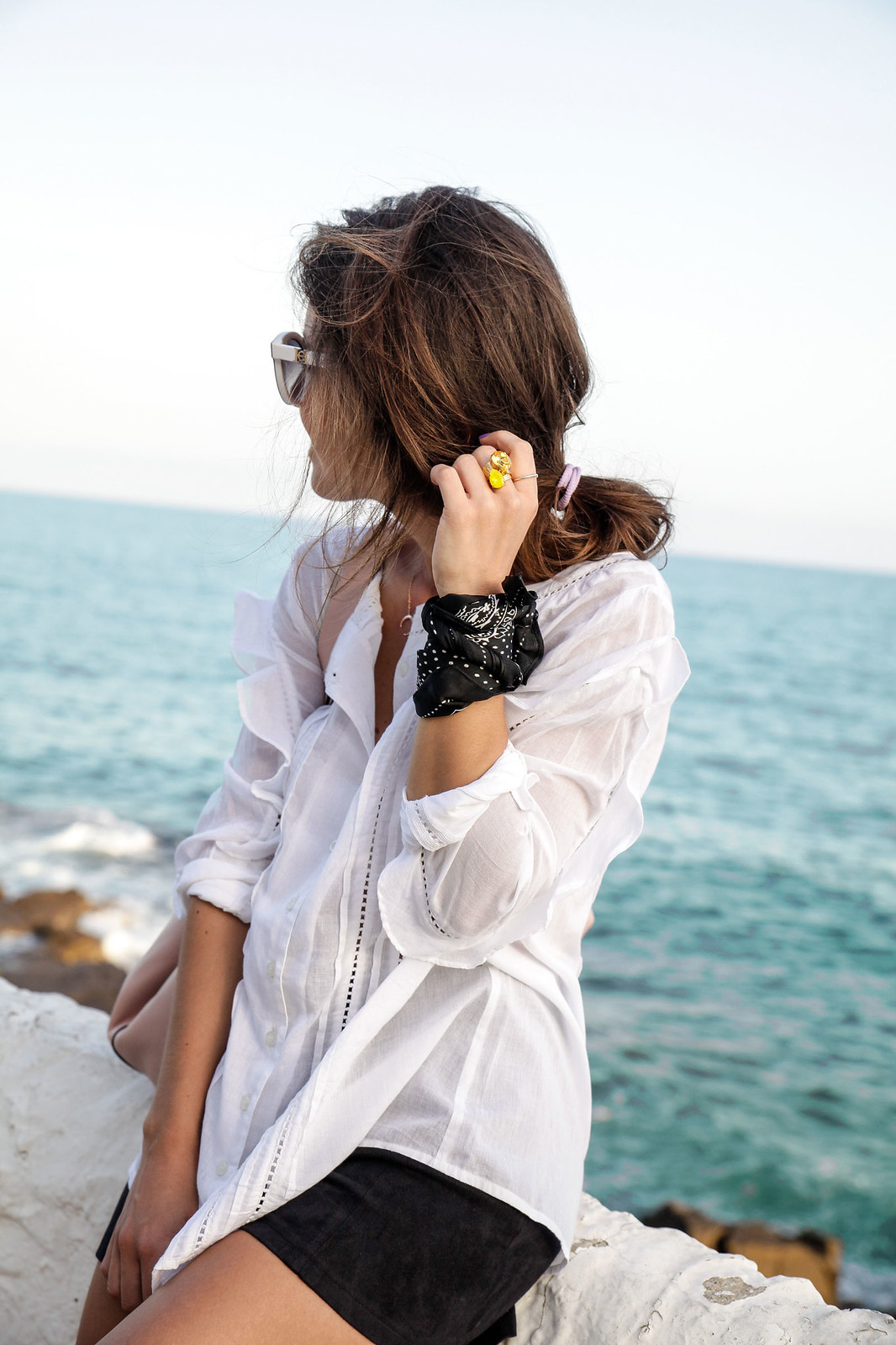 01_blusa_blanca_volantes_con_tacones_tachuelas_theguestgirl_black_white_outfit_storets_shorts