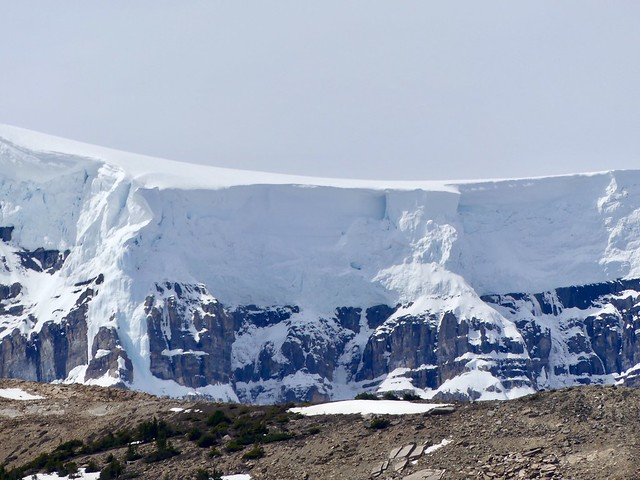 26 Close-up, the ice is 100 m thick