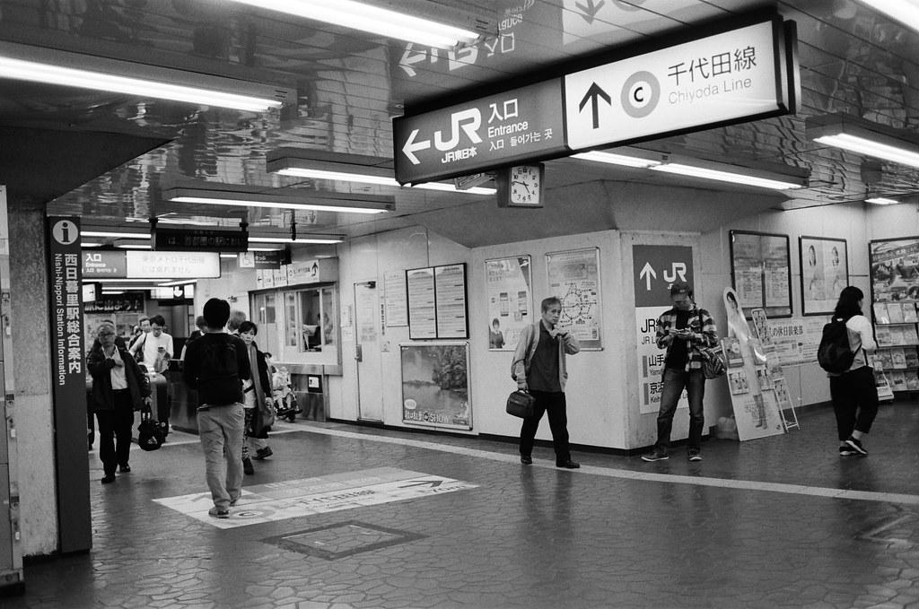 西日暮里駅 Tokyo, Japan / Kodak TRI-X / Nikon FM2 有一段旅行會因為畫面中出現的文字多寡來決定我是否拍下來。  雖然畫面可能非常平淡無奇,但就只是以紀錄的觀點來把畫面收下來。  後來過了好久,發現這樣的紀錄其實還不錯,可以幫助回想當下的狀況,畫面也比較能夠傳達地點這件事。  至於時間,只能找到有時鐘或是日曆來傳達。  Nikon FM2 Nikon AI AF Nikkor 35mm F/2D Kodak TRI-X 400 / 400TX 1275-0025 2015-10-06 Photo by Toomore