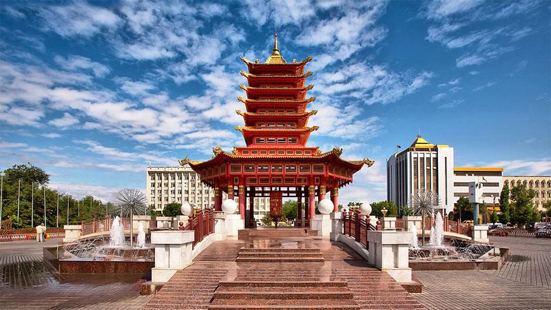 Terdapat roda mantra ala Tibet di dalam bangunan Pagoda Tujuh Hari di alun-alun Kota Elista,