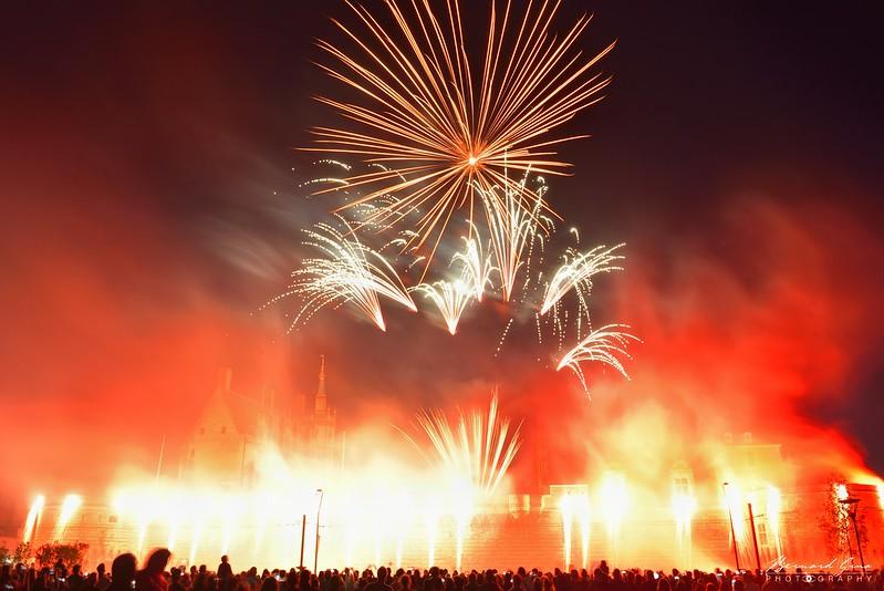 Des rideaux de feu cascadent du haut des remparts du château, 14 juillet, Bernard Grua