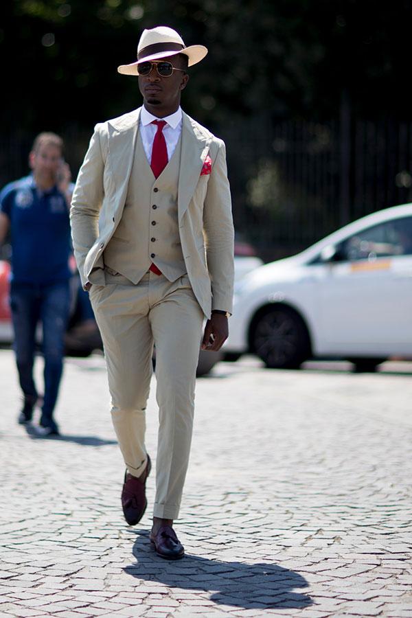 白ハット×アイボリー3ピーススーツ×白シャツ×赤ソリッドタイ×ブラウンタッセルローファー