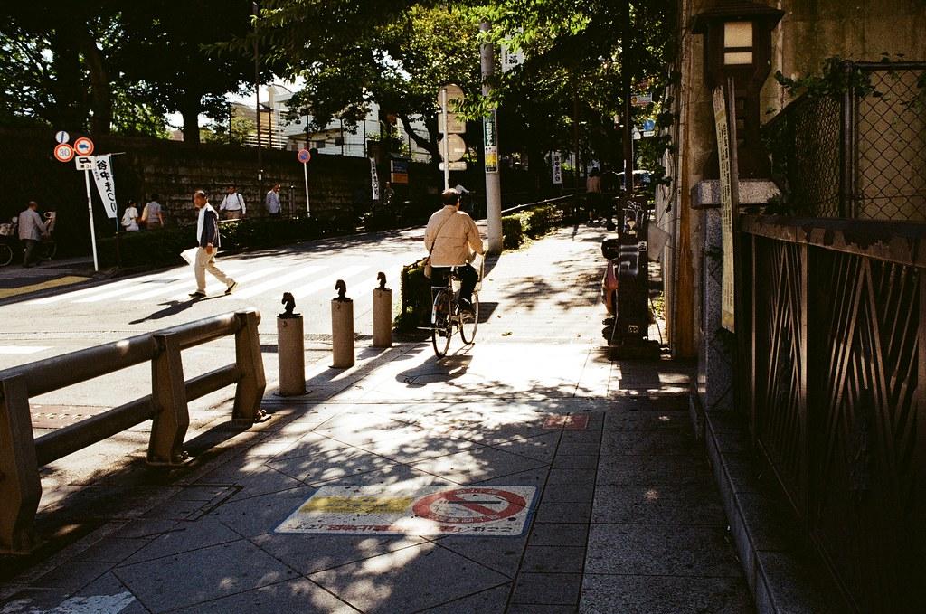 日暮里谷中銀座 Tokyo / Kodak ColorPlus / Nikon FM2 離開住宿的地方後,因為是隔天凌晨的班機,沒有很趕著回成田機場,就跑來日暮里的谷中銀座。  這裡當然有妳的畫面,我記得我還是很白目的走著走著大哭。  大哭還能代表什麼,其實到現在也沒有一個正確答案,反正我習慣這樣了,想到了、想哭了,就自己大哭,而且也越來越超過了 ......  我覺得東京所遺留的回憶,即使是後來的妳也無法取代了,後來的我,也不是那麼想要恢復了 ......  Nikon FM2 Nikon AI AF Nikkor 35mm F/2D Kodak ColorPlus ISO200 1003-0020 2015-10-07 Photo by Toomore
