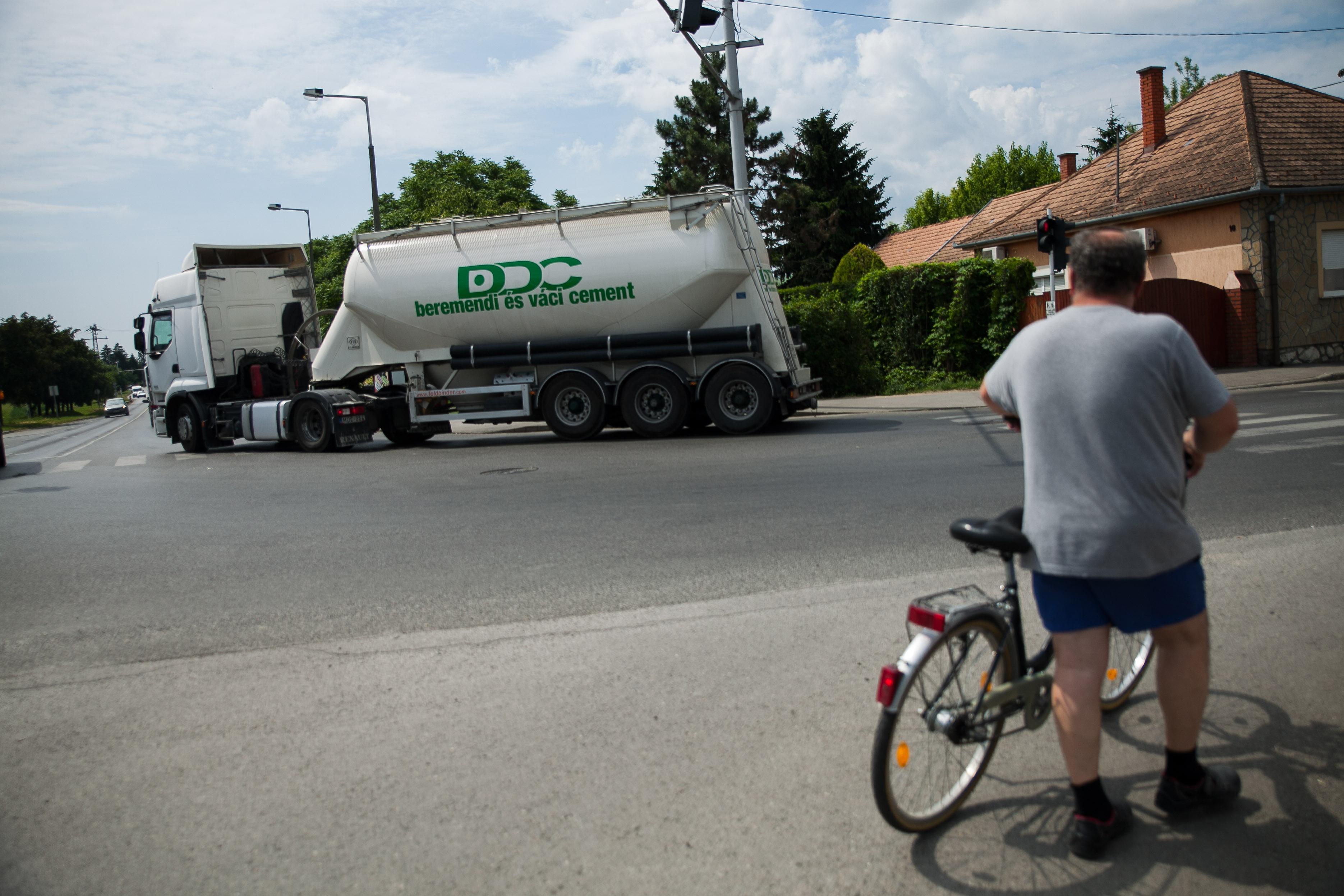 Zoltán tolja biciklijét a hatos út legrosszabb városbeli szakaszának kezdetén | Fotó: Magócsi Márton