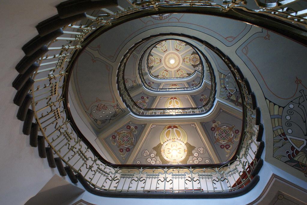 Escalier art nouveau dans le batiment du musée art nouveau de Riga.