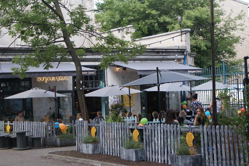 """""""Bonjour Ca va"""", Café à la française dans l'ancienne fabrique des Dolne Mlyny à Cracovie."""