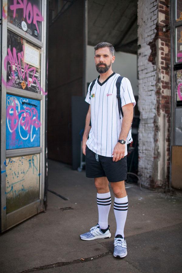 白サッカーシャツ×黒ショートパンツ×adidasグレースニーカー