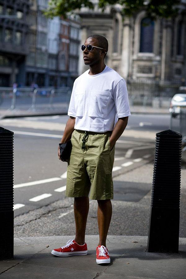白ポケットTシャツ×カーキハーフパンツ×コンバース ワンスター赤