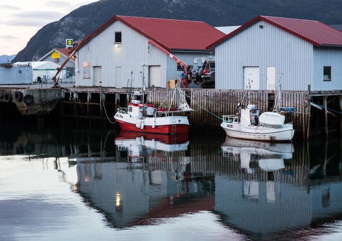 Norja kalastusvene satama Pohjois-Norja vuono vuoristo Norwegian Norge  (1 of 1)