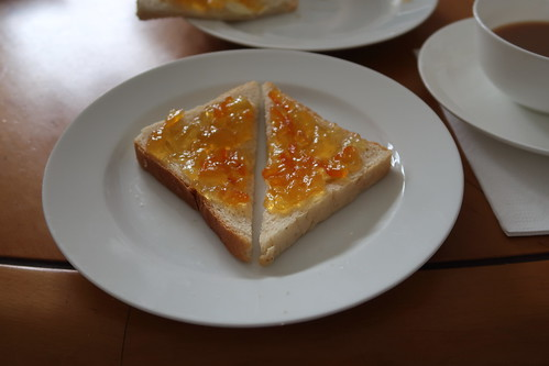 Toast mit Butter und Orangenmarmelade