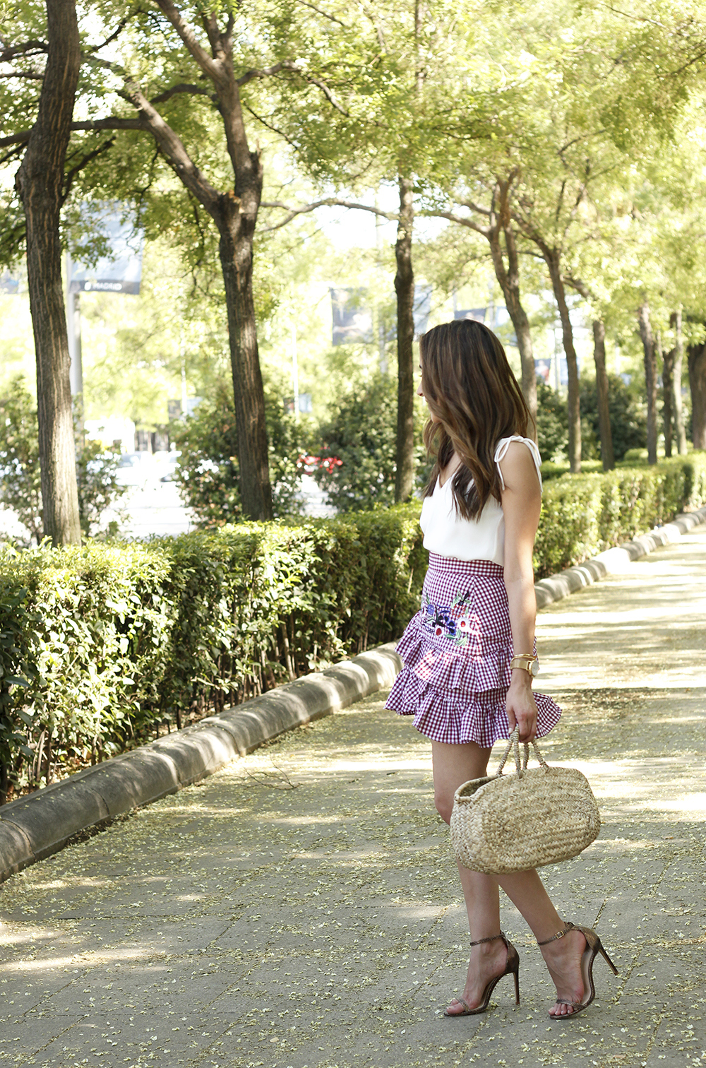 Vichy skirt with embroidered flowers rafia bag heels summer outfit style02